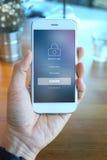 Smartphone van de handholding met het mebber loging scherm op koffiewinkel Royalty-vrije Stock Foto