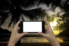 Smartphone van de handholding met het witte lege scherm royalty-vrije stock foto