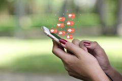 Smartphone van de handholding met hologram of pictogram van vastgestelde communicatietechnologie en sociale media stock foto