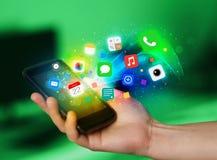 Smartphone van de handholding met kleurrijke app pictogrammen Stock Fotografie