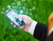 Smartphone van de handholding met media pictogrammen en symbool Stock Afbeelding