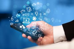 Smartphone van de handholding met media pictogrammen en symbool Royalty-vrije Stock Foto's