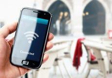 Smartphone van de handholding met WiFi-verbinding in koffie royalty-vrije stock fotografie