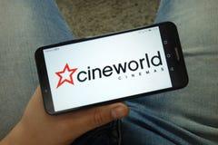 Smartphone van de mensenholding met Cineworld-Groep plc embleem royalty-vrije stock foto