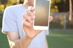Smartphone van de persoonsholding Royalty-vrije Stock Afbeeldingen