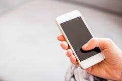 Smartphone van de vrouwenholding stock afbeelding