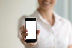 Smartphone van de vrouwenholding, het modelscherm voor mobiele advertenties, exemplaarkuuroord royalty-vrije stock afbeelding