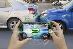 Smartphone van het handgebruik met de pictogrammen van de autoeis royalty-vrije stock afbeeldingen