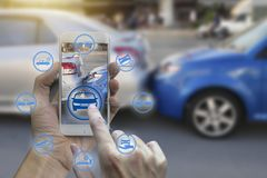 Smartphone van het handgebruik met de pictogrammen van de autoeis stock fotografie