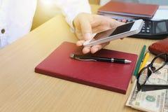 Smartphone van het mensengebruik in huisbureau, Technologiecirkel op smartph Stock Foto's