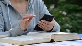 Smartphone van het vrouwengebruik ter beschikking stock footage