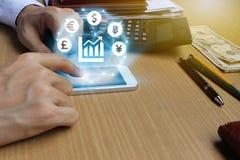 Smartphone van het zakenmangebruik met het symbool van het Muntenteken van Fintec Royalty-vrije Stock Foto