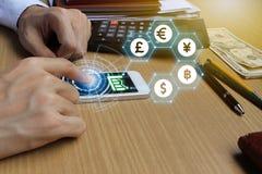 Smartphone van het zakenmangebruik met het symbool van het Muntenteken van Fintec Royalty-vrije Stock Foto's