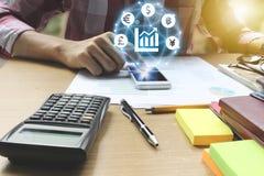 Smartphone van het zakenmangebruik met het symbool van het Muntenteken van Fintec Stock Afbeelding