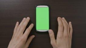 Smartphone vert numérique émouvant d'écran de mâle adolescent impatient attendant pour charger le contenu de media sur le réseau  banque de vidéos