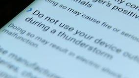 Smartphone-vertoning met het scrollen van brieven stock footage