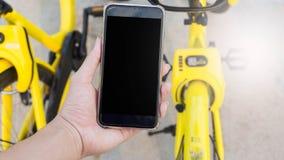 Smartphone verwendete, um das Fahrrad zu entriegeln Stockfotografie