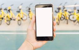 Smartphone verwendete, um das Fahrrad zu entriegeln Stockbild