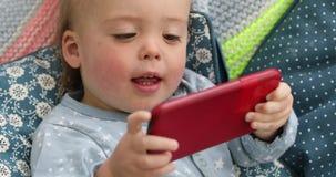 Smartphone video de observación del niño del bebé metrajes