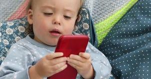 Smartphone video de observación del niño del bebé almacen de metraje de vídeo