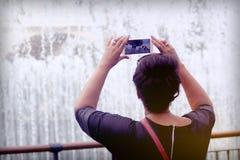 Smartphone-Video van de kinderen die pret hebben Stock Foto's