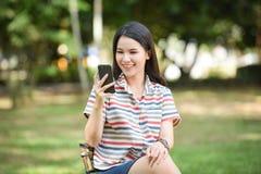 Smartphone visuel d'appel de femme Image libre de droits