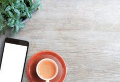 Smartphone vit skärm och ny blomma på trätabellbackgro arkivfoton