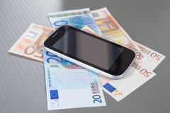 Smartphone voor euro bankbiljetten Royalty-vrije Stock Afbeelding