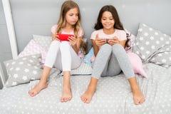 Smartphone voor vermaak Toepassing van het smartphone de mobiele spel van het jonge geitjesspel Smartphone-toepassingsconcept gir stock afbeeldingen