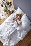 Smartphone w łóżku Obraz Royalty Free