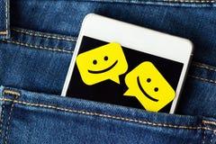 Smartphone w cajgi wkładać do kieszeni z gadki wiadomości bąblami obraz royalty free