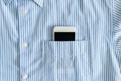 Smartphone w kieszeni koszula Zdjęcie Royalty Free