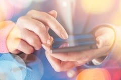 Smartphone w rękach bizneswoman zdjęcie stock