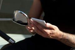 Smartphone w rękach i moped Fotografia Stock