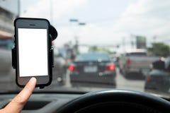 Smartphone w samochodowym use dla Żegluję zdjęcia royalty free