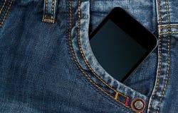Smartphone w twój kieszeniowych niebieskich dżinsach Obraz Royalty Free