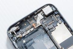 Smartphone was schade en moet herstellen welke hulpmiddelensmartphone die zich op witte achtergrond bevindt royalty-vrije stock afbeelding