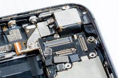 Smartphone was schade en moet herstellen welke hulpmiddelensmartphone die zich op witte achtergrond bevindt royalty-vrije stock foto's