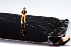Smartphone was schade en moet herstellen welke hulpmiddelensmartphone die zich op witte achtergrond bevindt stock fotografie