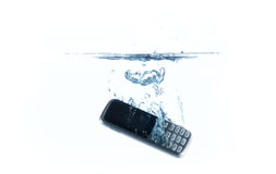 Smartphone in water en plons Stock Foto