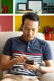 Smartphone wechselwirkende Anwendung des Asien-Mannbenutzers lizenzfreies stockbild