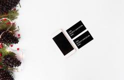 Smartphone wizytówek mockup dla bożych narodzeń jodeł gałąź, rożki i boże narodzenie dekoracje na białym tle, Obrazy Stock