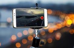 Smartphone wordt bevestigd op een driepoot schietend een video stock foto's