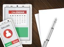 Smartphone y backgroun de la oficina de la tableta Imagenes de archivo