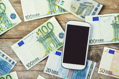 Smartphone y bankontes en una tabla Fotos de archivo libres de regalías