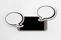 Smartphone y 2 burbujas del discurso Foto de archivo libre de regalías