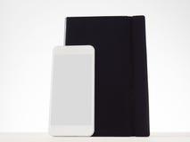 Smartphone y cuaderno fotografía de archivo libre de regalías