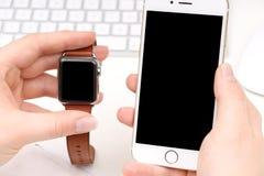Smartphone y Smartwatch con el espacio para su logotipo/texto Imagen de archivo