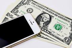 Smartphone y un dólares de billetes de banco Fotos de archivo