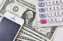 Smartphone y un dólares de billetes de banco Foto de archivo
